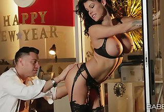 Irresistible mature Peta Jensen up stockings gets fucked wits a lucky man