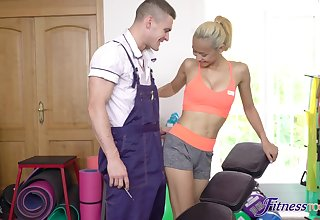 Quickie gender on every side the home gym with fit blonde Veronica Leal