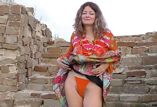 Outdoors solo videotape of model Helena Volga pleasuring the brush pussy