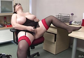 Mature amateur with massive natural juggs plays in the office