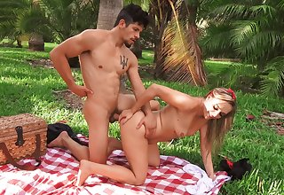 Outdoor fun with the girlfriend who wants to swallow sperm