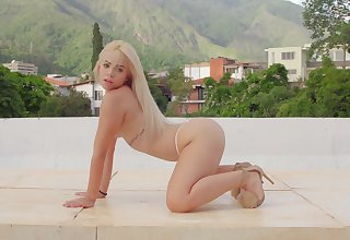 Fun-loving Chichi Yovana does make an issue of splits during sexy outdoor solitary